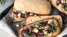 Ciabatty z winogronami i serem pleśniowym