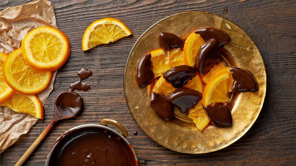 Plastry kandyzowanych pomarańczy w czekoladzie deserowej