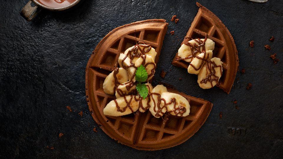 Gofry czekoladowe z kremem orzechowym i bananami