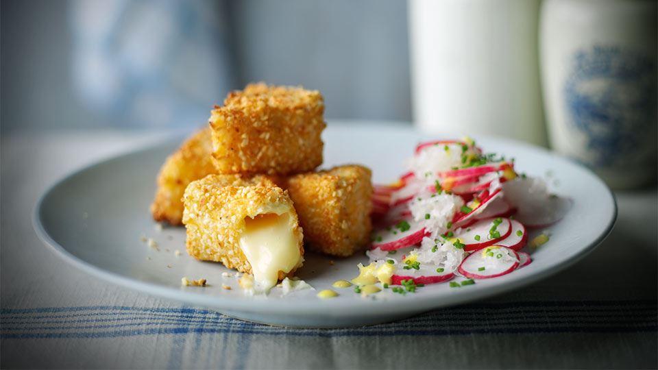 Sałatka z rzodkiewki ze smażonymi kawałkami sera camembert
