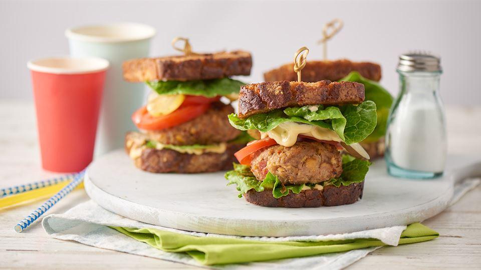 Studencki hamburger z ciecierzycą i domowym majonezem bazyliowym