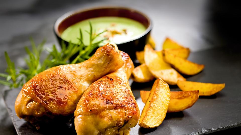 Kurczak marynowany w miodzie z chłodnikiem i ziemniaczkami