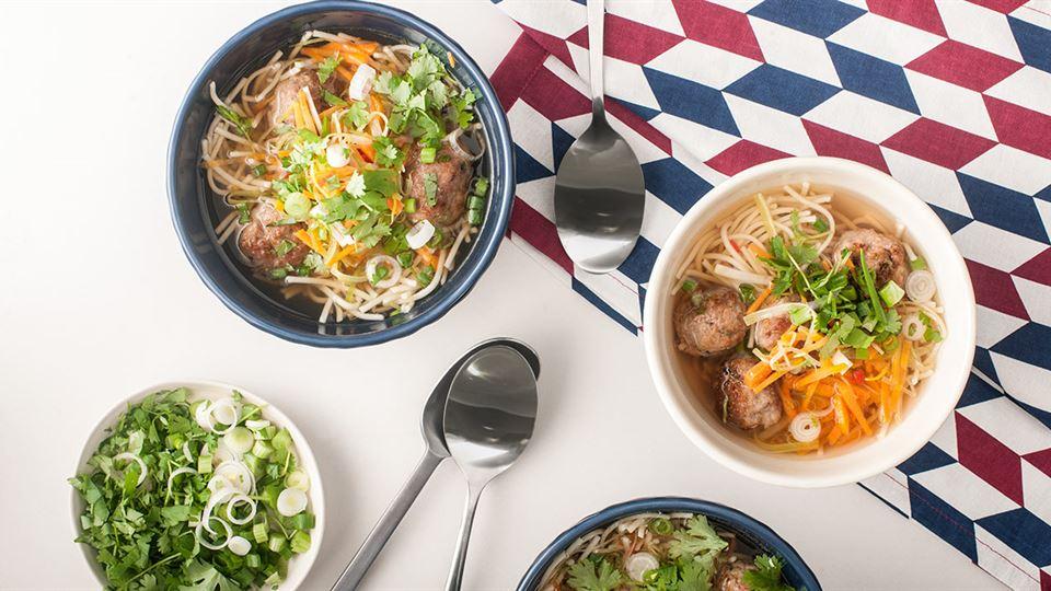 Chinka z klopsikami, czyli orientalna zupa z makaronem i warzywami