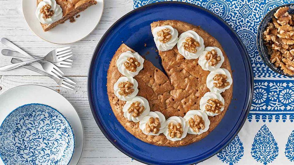 Karidopita, czyli greckie ciasto orzechowe z kremem jogurtowym