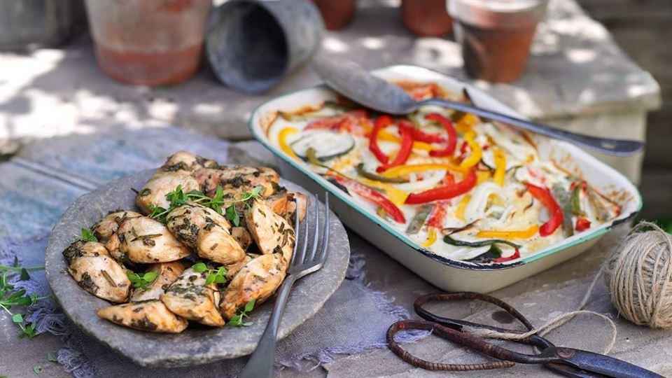 Filet z kurczaka w ziołach z gratin z warzyw