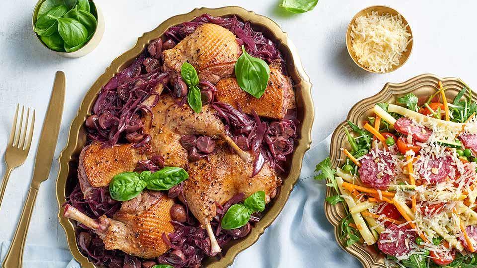 Kaczka w sosie pieczarkowo-szalotkowym z sałatką z salami z orzechami