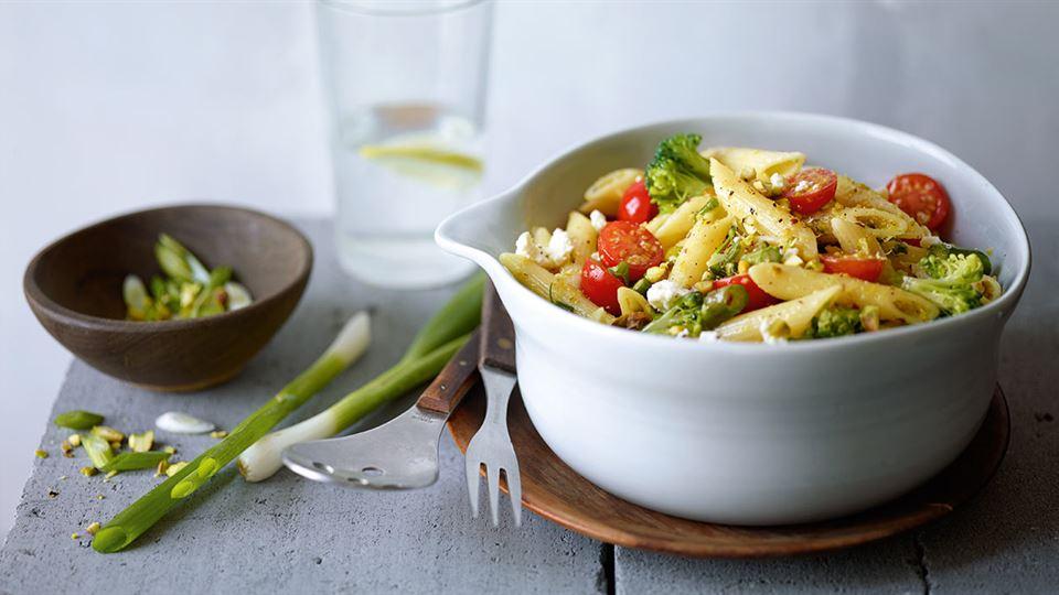 Sałatka z warzywami i makaronem z sosem pistacjowym