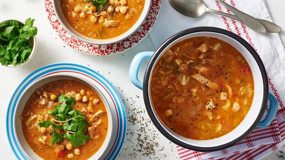 Zupa gulaszowa z młodą kapustą i pomidorami