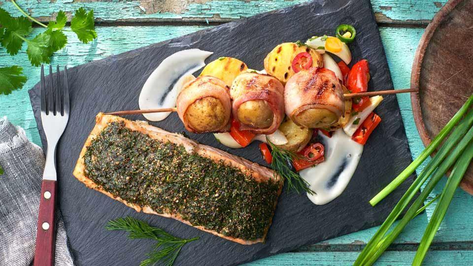 Łosoś parzony na grillu z sałatką z ziemniaków i papryki