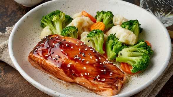Łosoś w sosie teriyaki z warzywami na parze
