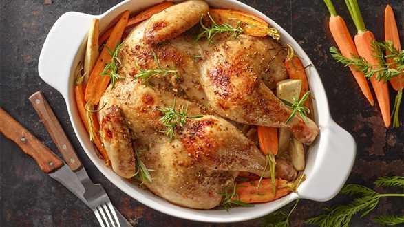 Kurczak pieczony w marynacie orzechowej z młodymi warzywami