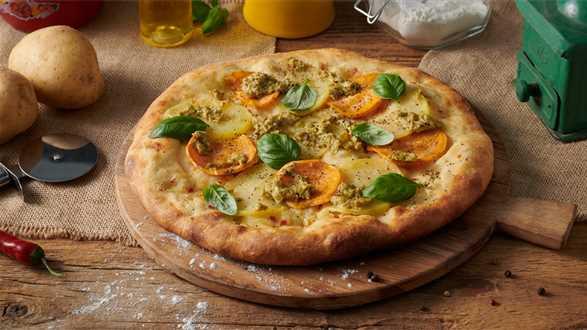 Wegańska pizza z ziemniakami, białym sosem i pesto