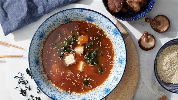 Zupa miso z tofu i wędzonym pstrągiem