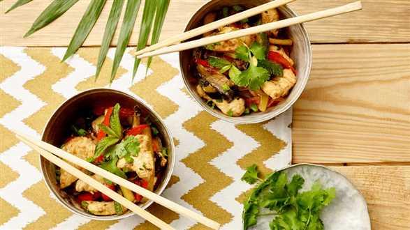 Filet z kurczaka z warzywami w sosie sojowym z woka
