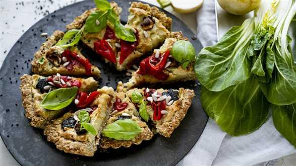 Wegańska tarta z warzywami i serkiem z nerkowców
