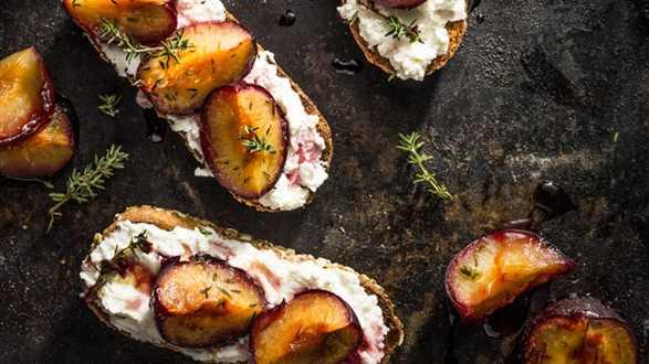 Chrupiące tosty z ricottą i śliwkami z tymiankiem