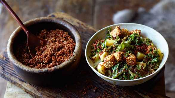 Curry z quinoa, jarmużem i tofu