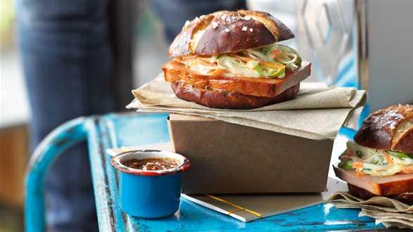 Burger z pasztetem i surówką coleslaw