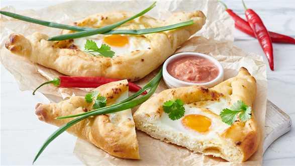 Chaczapuri z serem i sosem adżika
