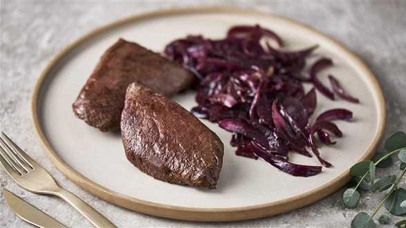 Stek ze strusia z karmelizowaną cebulą