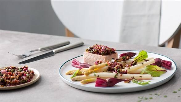 Łosoś z salsą z botwinki i maślanymi szparagami