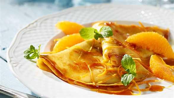 Francuskie naleśniki crêpes Suzette z pomarańczami