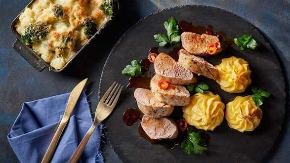 Polędwiczka wieprzowa w sosie pomarańczowo-przyprawowym z ziemniakami duchesse i zapiekanką z brokułów i kalafiora