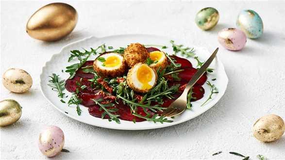 Smażone jajka w bezglutenowej panierce z sałatką z buraków