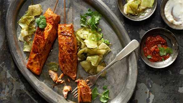 Pikantne szaszłyczki z łososia w ajwarze z grillowaną kapustą i sosem czosnkowym