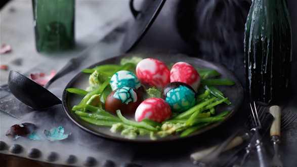 Halloweenowe jajka z dipem z awokado