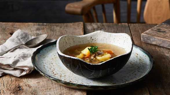 Tradycyjny rosół z pieczonym ziemniakiem
