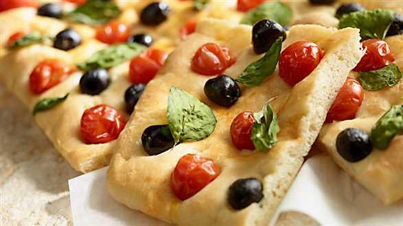 Focaccia z oliwkami, pomidorami i bazylią