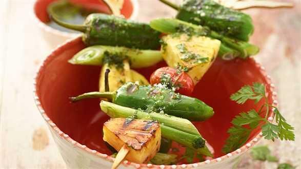 Szaszłyki z warzywami i ananasem