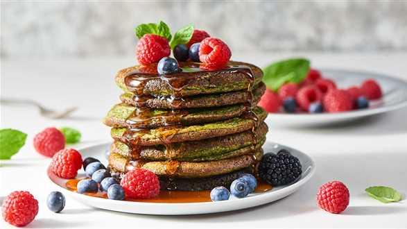 Pancakes szpinakowe z owocami i syropem