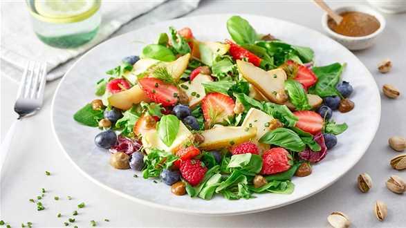 Sałatka z owocami i francuskim serem