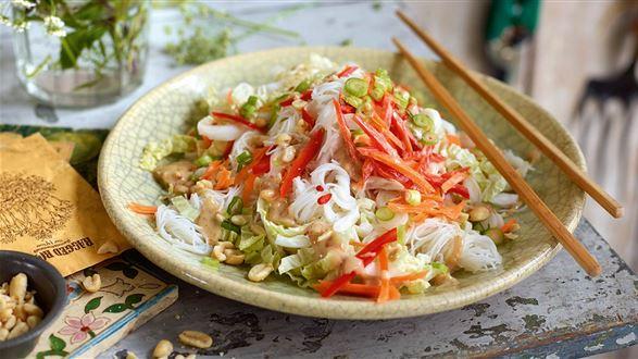 Sałatka z makaronem ryżowym i orzechami