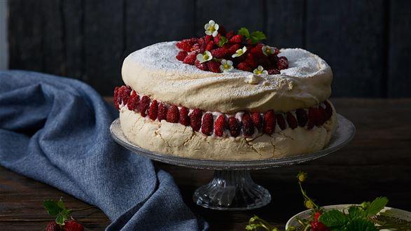 Tort bezowy z poziomkami