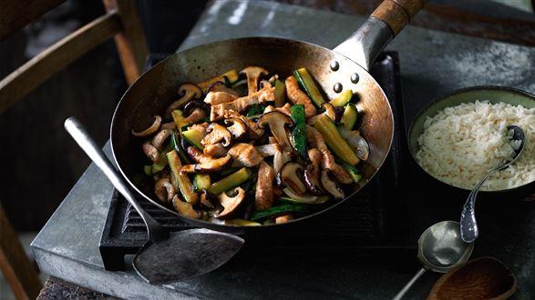Indyk z cukinią i grzybami z woka