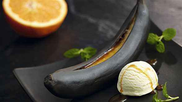 Grillowane banany z sosem i lodami waniliowymi