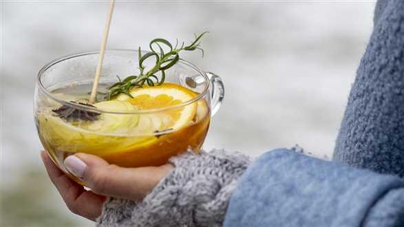 Bezalkoholowy grzaniec z białego wina i pomarańczy