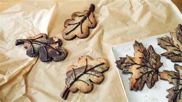 Kruche ciasteczka w kształcie liści