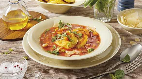 Zupa jarzynowa ze smażonymi pierożkami panzerotti