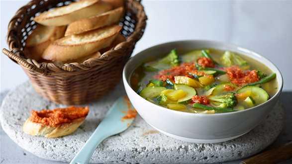Minestrone z pesto z pomidorów