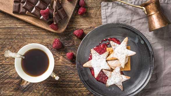Deser czekoladowo-kawowy z gorącymi malinami