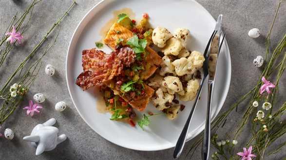 Grillowany łosoś z prażonym kalafiorem i salsą z ogórka i pomidorów suszonych