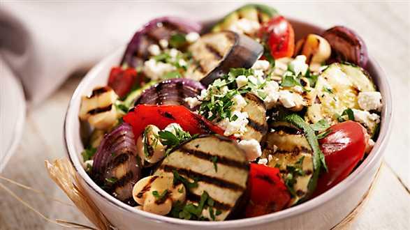 Sałatka z grillowanych warzyw z fetą i sosem miodowym