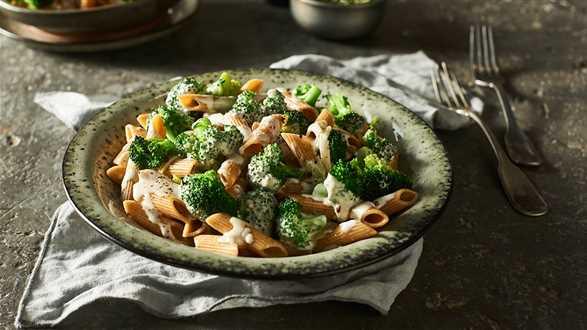 Makaron razowy z sosem serowo-brokułowym