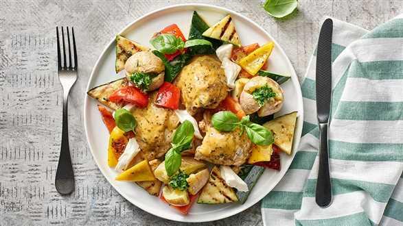 Uda kurczaka z sałatką z grillowanych warzyw z parowanymi ziemniaczkami