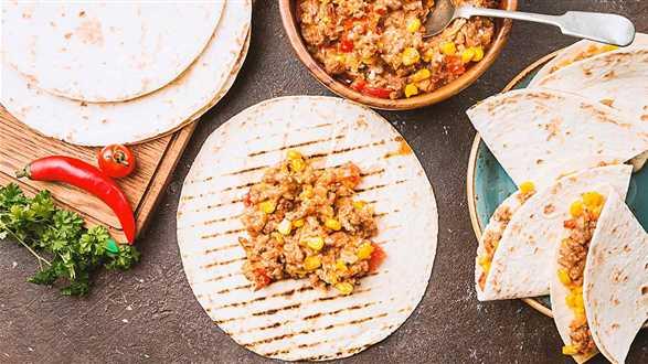 Tortille z farszem z mięsa wegańskiego i pomidorów
