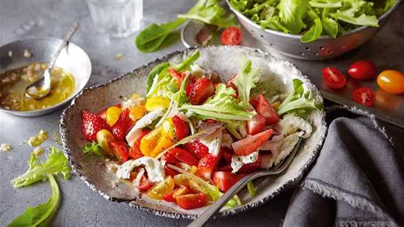 Sałatka z pomidorami i truskawkami